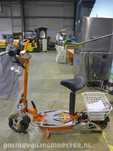 Elektrische scooter Chessie, 500 watt/36 volt motor, snelheid max  20 km/h,  actieradius ca  25 km