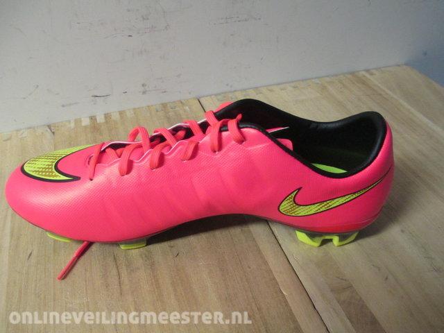 1 Paar Voetbalschoenen, 1 paar, maatvoering 42.5 NIKE, MERCURIAL VELOCE II FG, roze