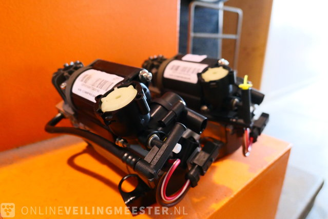 2x Air suspension compressor, SCM80