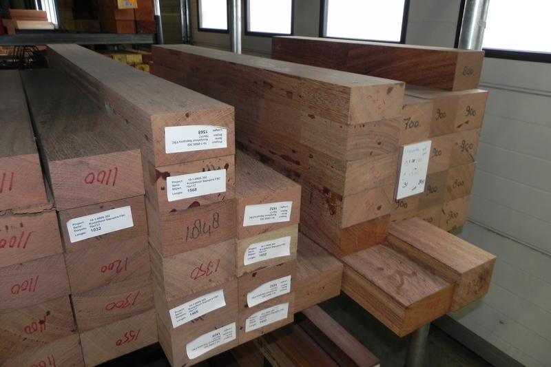 Houten draagbalken trendy overkapping van dikke houten balken