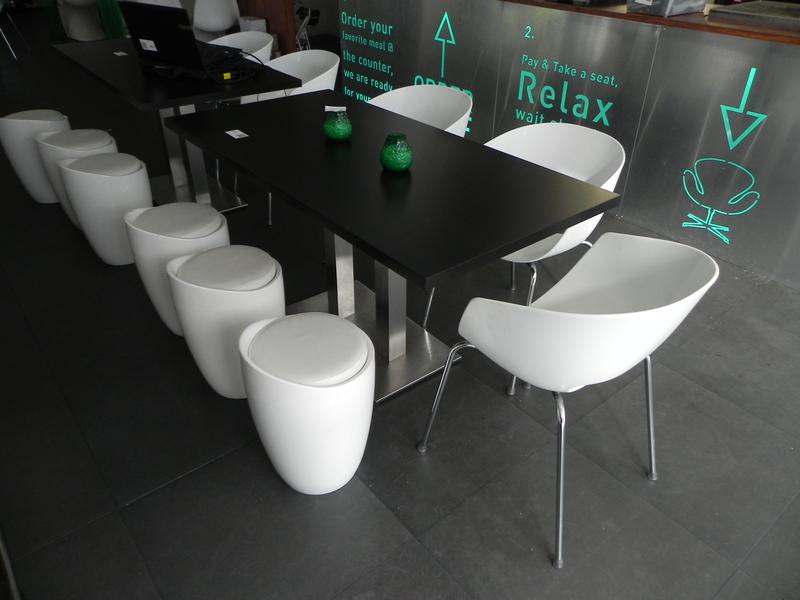 Finest tafel lxbxh ca xxcm met kunststof kuipstoelen orbit for Plastic kuipstoel tuin
