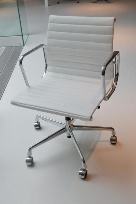 bureaustoel vitra ea 117 kleur wit leder. Black Bedroom Furniture Sets. Home Design Ideas