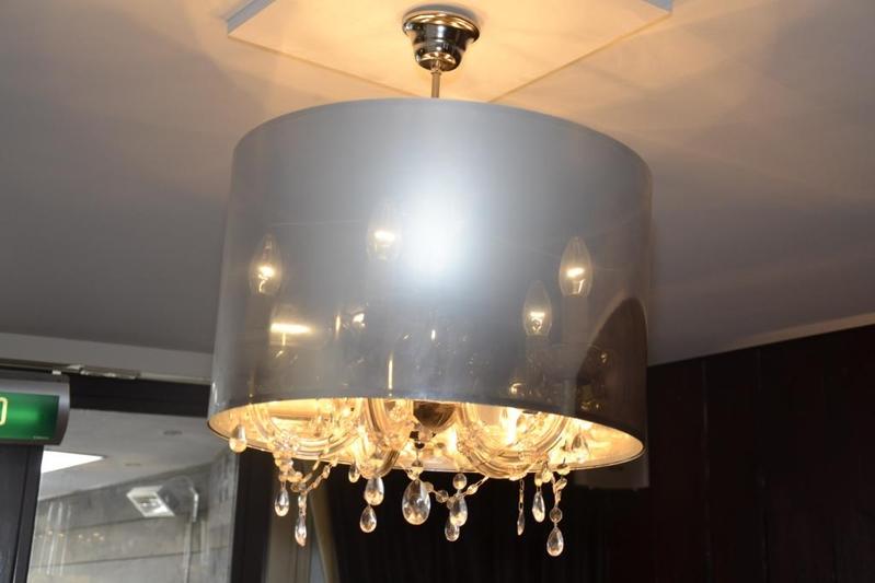 Hanglamp voorzien van kroonluchter met lampen en kap