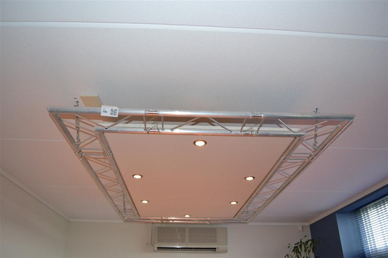Plafondverlichting bestaande uit 6 spots met trust ombouw ...