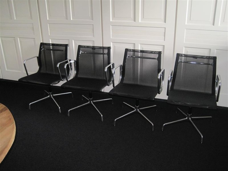 Eames Stoel Vitra : Stoel vitra charles eames model ea zwart netweave