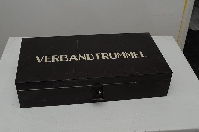 Bakeliet Medicijn Kastje.Authentieke Verbandtrommel Met De Originele Inhoud 24x47cm