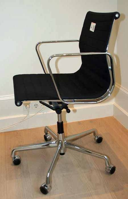 Vitra Eames Bureaustoel Ea117.Design Bureaustoel Vitra Ea117 Ontwerp Charles En Ray Eames