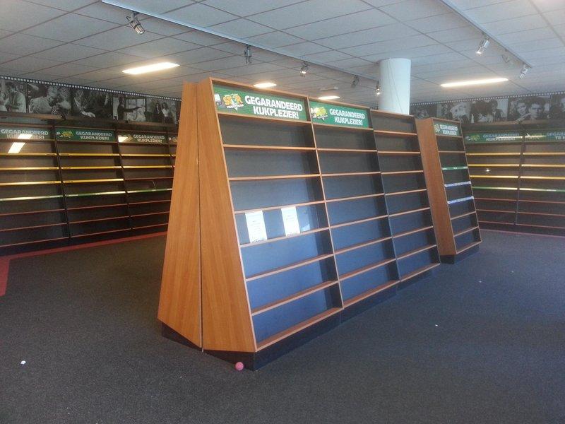 interieur videotheek bestaande uit oa hoge kasten gondelaars kasten