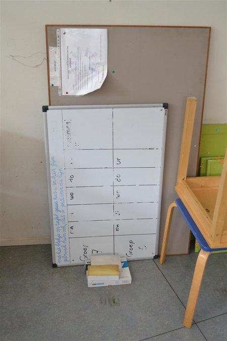 Kinderzitje Aan Tafel.Partij Diversen Waaronder Kinderzitje 2x Tafel Kastje 3x Prikbord Whiteboard