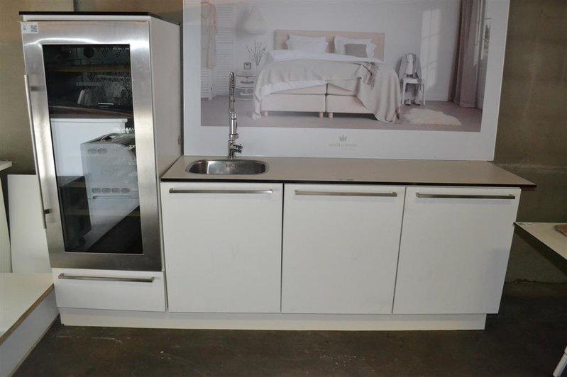 Keuken voorzien van wasbak en kraan deur soft close