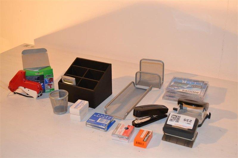 Diverse Bureau Accessoires Waaronder 2x Nietmachine Nietjes 2x